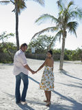 Coppie che abbracciano sulla spiaggia Fotografie Stock