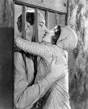 Coppie che baciano attraverso le barre della cella (tutte le persone rappresentate non sono vivente più lungo e nessuna proprietà fotografie stock libere da diritti
