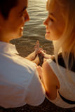 Coppie che baciano sulla spiaggia Immagine Stock Libera da Diritti