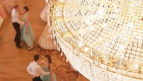 Coppie che ballano valzer nei costumi d'annata della palla fotografia stock libera da diritti