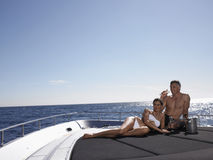 Coppie che bevono Champagne On Yacht Fotografie Stock Libere da Diritti