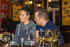 Coppie che bevono insieme e che si divertono fotografie stock