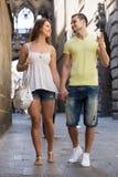 Coppie che camminano attraverso la città Immagine Stock Libera da Diritti