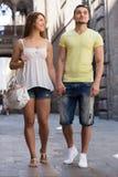 Coppie che camminano attraverso la città Fotografie Stock