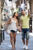Coppie che camminano attraverso la città fotografie stock libere da diritti