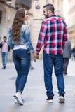 Coppie che camminano attraverso la città europea Immagini Stock Libere da Diritti