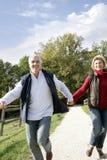 Coppie che camminano congiuntamente Fotografie Stock