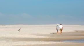Coppie che camminano da Heron Fotografia Stock Libera da Diritti