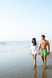Coppie che camminano lungo la spiaggia Immagini Stock Libere da Diritti