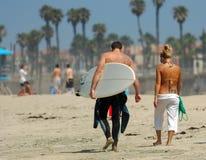 Coppie che camminano lungo la spiaggia fotografia stock