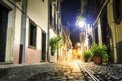 Coppie che camminano nella sera Fotografia Stock