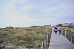 Coppie che camminano sul passaggio pedonale fotografia stock