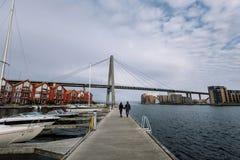 Coppie che camminano sull'ancoraggio Fotografia Stock Libera da Diritti