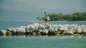 Coppie che camminano sulla riva archivi video
