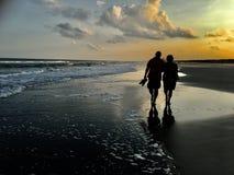 Coppie che camminano sulla spiaggia Immagini Stock Libere da Diritti