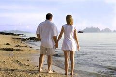 Coppie che camminano sulla spiaggia Fotografie Stock