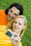 Coppie che catturano foto Immagini Stock Libere da Diritti