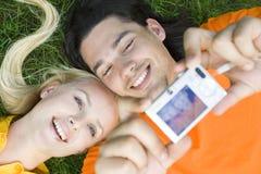 Coppie che catturano foto Fotografia Stock Libera da Diritti