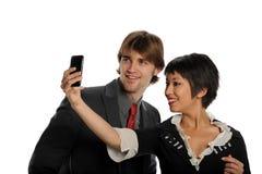 Coppie che catturano foto con il telefono delle cellule Fotografia Stock Libera da Diritti