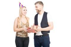 Coppie che celebrano compleanno immagine stock libera da diritti