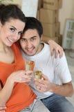 Coppie che celebrano il loro nuovo appartamento Fotografia Stock