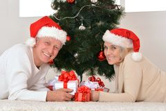 coppie che celebrano il Natale a casa Immagini Stock Libere da Diritti