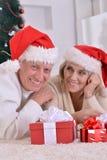 coppie che celebrano il Natale a casa Fotografia Stock