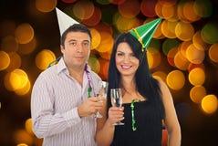Coppie che celebrano notte di San Silvestro fotografia stock