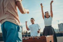 Coppie che celebrano vittoria in estrattore a scatto Immagini Stock