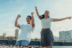Coppie che celebrano vittoria in estrattore a scatto Fotografie Stock Libere da Diritti