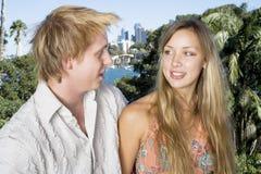 Coppie che chiacchierano sul balcone 2 fotografie stock