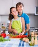 Coppie che cucinano le verdure alla cucina Fotografie Stock