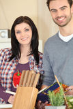 Coppie che cucinano pasto dalla ricetta Fotografia Stock