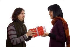 Coppie che danno un presente Fotografia Stock Libera da Diritti