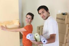 Coppie che decorano a casa Fotografia Stock