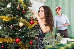 Coppie che decorano l'albero di Natale Immagine Stock