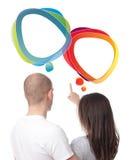 Coppie che discutono con le bolle di discorso Immagini Stock