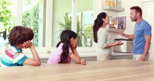 Coppie che discutono davanti ai bambini archivi video