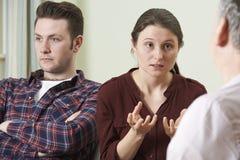 Coppie che discutono i problemi con il consulente di relazione Fotografie Stock