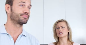 Coppie che discutono nella cucina stock footage