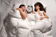 Coppie che dormono a letto Fotografie Stock