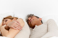 Coppie che dormono nel suo letto immagine stock