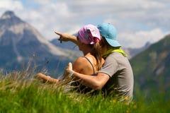 Coppie che esaminano le montagne Fotografie Stock Libere da Diritti