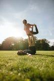 Coppie che fanno allenamento di acroyoga Fotografia Stock