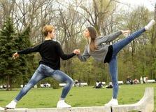 Coppie che fanno esercizio di balletto Fotografia Stock