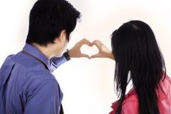 Coppie che fanno forma del cuore immagine stock