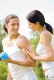 Coppie che fanno le esercitazioni di forma fisica Immagine Stock