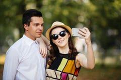 Coppie che fanno selfie all'aperto immagini stock libere da diritti
