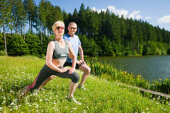 coppie che fanno sport maturo di aria aperta Fotografia Stock