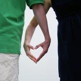 Coppie che fanno un cuore con le loro mani Immagini Stock